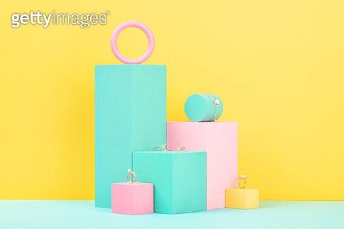 백그라운드, 사람없음, 오브젝트 (묘사), 컬러, 파스텔톤, 도형, 기하학모양, 장난감블록, 블록모양, 실내, 스튜디오촬영, 육면체 (Three-dimensional Shape), 원형 (이차원모양), 쥬얼리 (액세서리), 반지, 팔찌, 진주 (쥬얼리), 액세서리 (인조물건)
