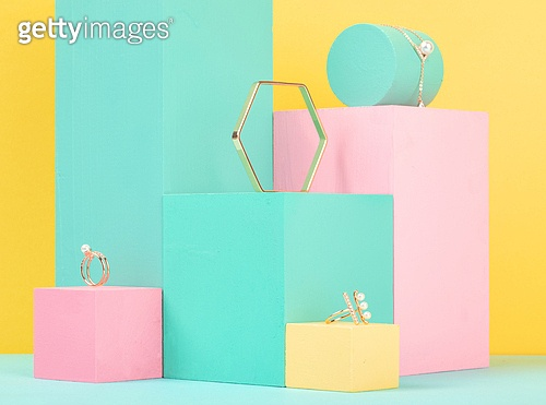 백그라운드, 사람없음, 오브젝트 (묘사), 컬러, 파스텔톤, 도형, 기하학모양, 육면체 (Three-dimensional Shape), 장난감블록, 블록모양, 실내, 스튜디오촬영, 반지, 쥬얼리, 목걸이 (쥬얼리), 진주 (쥬얼리), 팔찌, 원통 (Three-dimensional Shape)