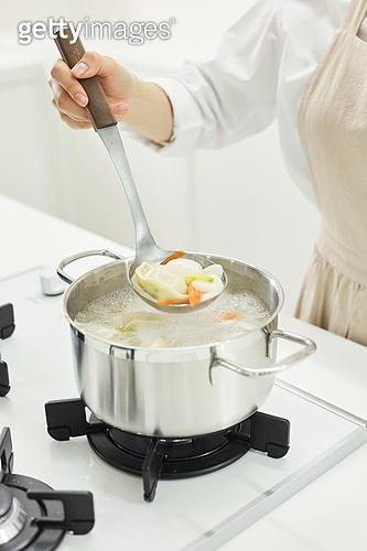 가정주방 (주방), 음식재료 (음식), 요리하기 (음식준비), 레시피, 만두 (한식), 끓이기 (상태), 국자, 푸기 (움직이는활동)