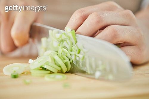 음식준비, 음식준비 (움직이는활동), 요리 (음식상태), 요리하기 (음식준비), 쿠킹클래스 (가정학수업), 음식재료 (음식), 도마 (요리도구), 대파 (채소), 썰기
