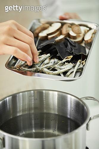 요리 (음식상태), 요리하기 (음식준비), 냄비, 끓이기, 국물 (sub_food), 가스스토브버너 (생활용품), 건강식