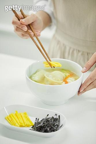 음식준비 (움직이는활동), 요리하기 (음식준비), 한식, 떡만두국, 떡만두국 (만두국), 만두국
