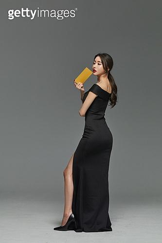 미녀 (아름다운사람), 검정색 (색상), 드레스, 초대장, 포즈 (몸의 자세)