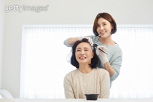 중년여자 (성인여자), 흰머리 (머리카락색), 머리염색하기 (헤어케어), 바르기, 엄마, 딸, 미소