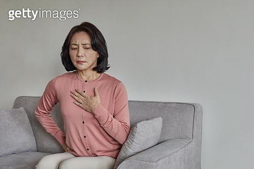 폐경기 (컨셉), 중년여자 (성인여자), 증상, 흉통 (질병), 두근두근 (감정), 고통 (컨셉)