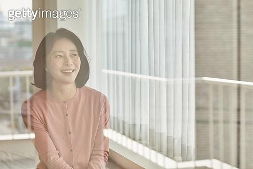 폐경기 (컨셉), 중년여자 (성인여자), 증상, 침실, 방, 창문, 유리, 반사 (빛효과)