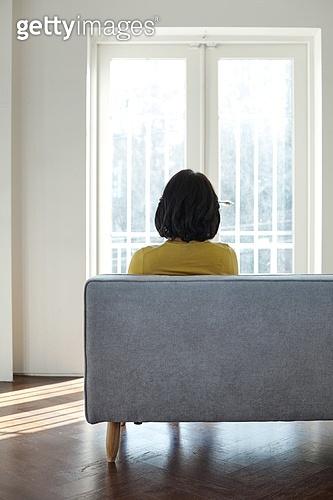 중년여자 (성인여자), 소파, 앉기 (몸의 자세), 뒷모습, 고독 (컨셉), 우울