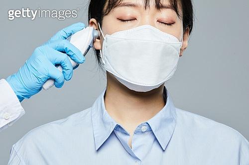 코로나바이러스 (바이러스), 코로나19 (코로나바이러스), 코로나19, 감기 (질병), 열 (질병), 온도계 (측정도구), 온도계, 진찰, 마스크 (방호용품), 감기예방마스크 (마스크)