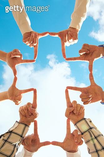 종교, 기독교, 기도 (커뮤니케이션컨셉), 찬양, 감사, 감사기도, 성경말씀 (기독교용어), 선교사 (역할), 회개, 성경 (성서), 여러명[3-5] (사람들), 사람손 (주요신체부분), 행동 (모션), 천주교, 하늘, 구름, 십자가, 십자가모양
