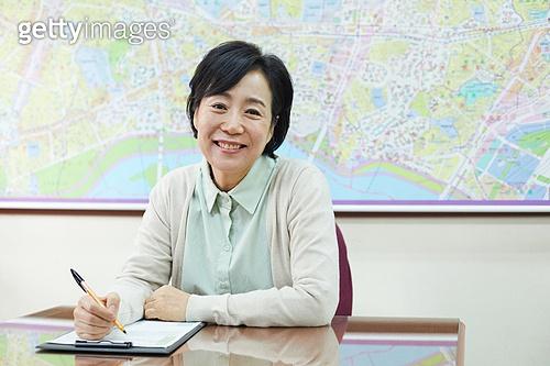 50대 (중년), 중년여자 (성인여자), 사무실, 부동산, 중개인 (판매업), 미소