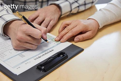부동산정책 (부동산), 중개인 (판매업), 거래, 조언 (컨셉), 사람손 (주요신체부분), 계약 (서류), 글씨쓰기 (움직이는활동)