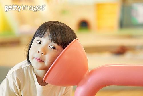 키즈카페, 어린이 (나이), 유아교육, 유치원생, 유치원, 교육 (주제), 학습교구, 듣기, 집중, 귀기울이기 (물체묘사)