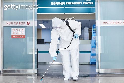 코로나바이러스 (바이러스), 코로나19 (코로나바이러스), 사회적거리두기 (사회이슈), 전염병 (질병), 방호복, 방호용품 (옷), 방역, 방역 (소독), 병원 (의료시설), 소독 (움직이는활동), 소독약 (약)