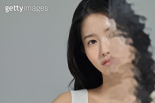 여성, 사람피부 (주요신체부분), 주근깨 (피부특징), 걱정 (어두운표정), 절망 (슬픔), 스트레스