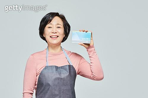 50대 (중년), 여성, 소매업자, 시장상인, 상인 (소매업자), 과일, 지원금, 미소