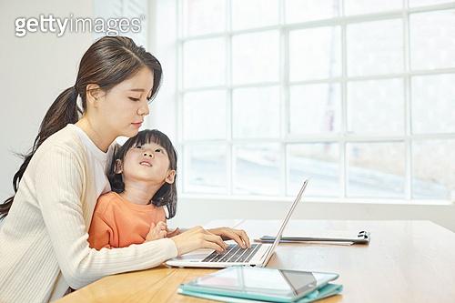 여성, 엄마, 딸, 재택근무 (원격근무), 집콕 (컨셉), 육아