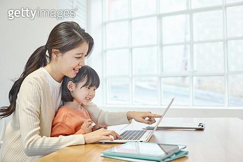 여성, 엄마, 딸, 재택근무 (원격근무), 집콕 (컨셉), 육아, 미소, 홈스쿨링