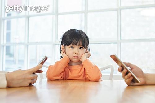어린이 (나이), 스마트폰, 중독, 육아, 무관심, 지루함 (컨셉), 불만 (컨셉)