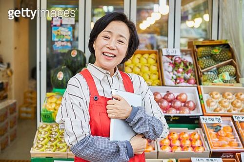 50대 (중년), 여성, 상인 (소매업자), 청과물가게 (가게), 대출, 지원금, 미소