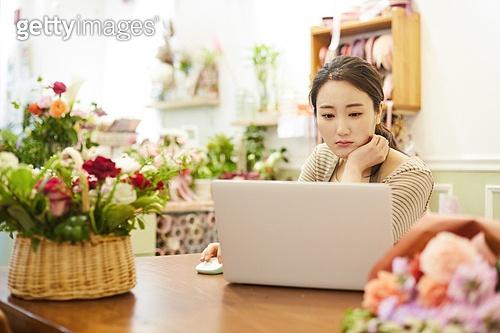 여성, 꽃가게 (가게), 판매업 (직업), 플로리스트, 미소, 지원금, 걱정 (어두운표정)