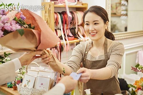 여성, 꽃가게 (가게), 판매업 (직업), 플로리스트, 신용카드결제 (신용카드)