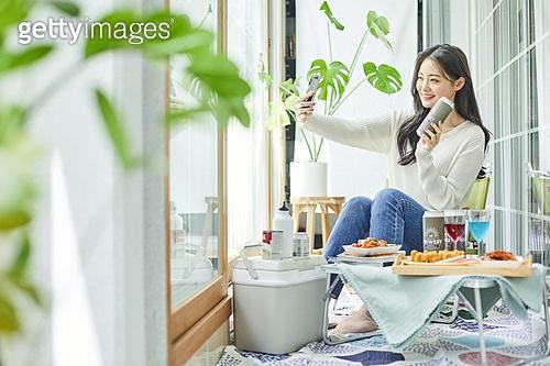 사회적거리두기 (사회이슈), 집콕 (컨셉), 휴식 (정지활동), 인플루언서, 휴식, 홈캉스, 셀프카메라 (포즈취하기), 휴대폰