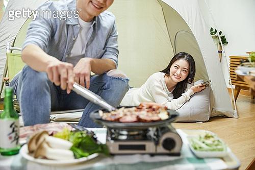 사회적거리두기 (사회이슈), 집콕 (컨셉), 휴식 (정지활동), 휴가, 휴가 (주제), 캠핑, 여행, 홈캉스, 캠핑 (아웃도어), 그릴구이 (요리), 바비큐 (식사)