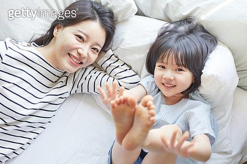 엄마, 딸, 육아, 침실, 미소, 하늘향해다리들기 (몸의 자세)