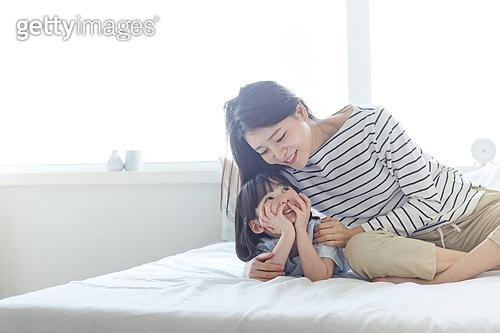 엄마, 딸, 육아, 침실, 미소, 마주보기 (위치묘사)