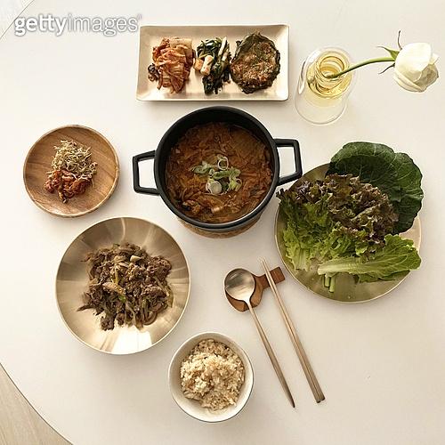 오브젝트 (묘사), 음식, 놋그릇 (한국전통), 한식, 플레이팅, 불고기 (음식), 김치찌개 (찌개)