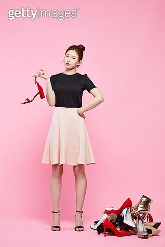 여성, 패션, 쇼핑 (상업활동), 세일 (상업이벤트), 구두 (신발), 쌓아올림 (배열), 걱정 (어두운표정), 생각 (컨셉)