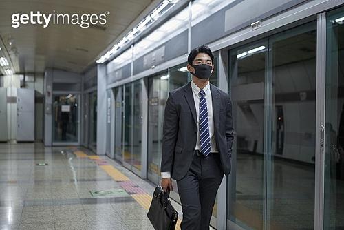 비즈니스맨, 일 (물리적활동), 지하철, 출퇴근, 출퇴근 (여행하기), 지하철 (여객열차), 전철역, 마스크 (방호용품), 코로나바이러스 (바이러스), 코로나19 (코로나바이러스), 코로나19