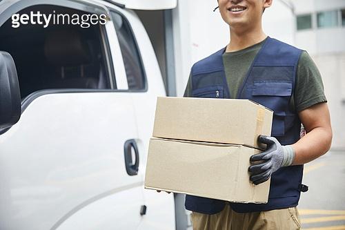 남성, 배달 (일), 택배배달부 (배달부), 배달부, 트럭 (육상교통수단), 배달차 (밴), 상자, 미소