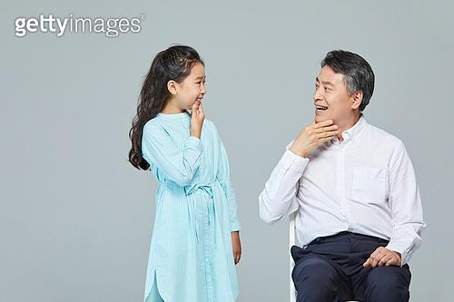 소녀 (여성), 초등학생, 할아버지 (조부모), 손녀 (손주), 행복 (컨셉), 수화 (커뮤니케이션컨셉), 대화, 커뮤니케이션 (주제)