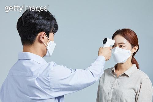 마스크 (방호용품), 코로나바이러스 (바이러스), 코로나19 (코로나바이러스), 사회적거리두기 (사회이슈), 감기예방마스크 (마스크), 온도계 (측정도구), 온도 (묘사)