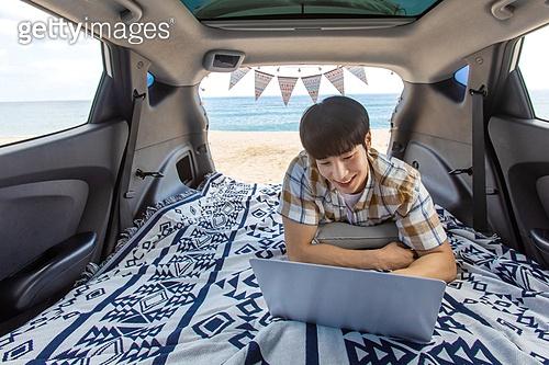 남성, 차박캠핑 (캠핑), 캠핑, 휴가, 혼자여행 (여행), 노트북컴퓨터 (개인용컴퓨터), 미소