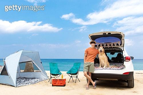 남성, 차박캠핑 (캠핑), 캠핑, 휴가, 혼자여행 (여행), 리트리버, 골든리트리버, 반려동물 (길든동물), 쓰다듬기 (만지기), 미소