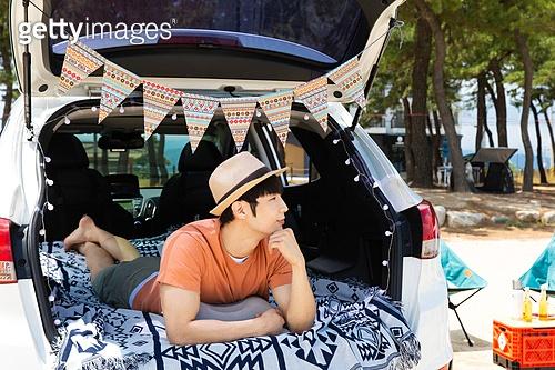 남성, 차박캠핑 (캠핑), 캠핑, 휴가, 혼자여행 (여행), 자동차트렁크 (교통수단일부), 엎드림 (눕기)