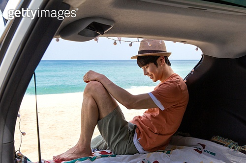 남성, 차박캠핑 (캠핑), 캠핑, 휴가, 혼자여행 (여행), 자동차트렁크 (교통수단일부), 앉기 (몸의 자세), 미소, 만족