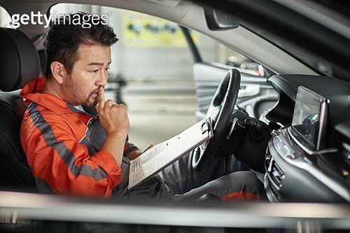 엔지니어 (전문직), 정비사, 자동차, 자동차정비소 (정비소), 정비사 (노동자), 정비소 (업무현장), 점검표, 차량실내 (교통수단일부)