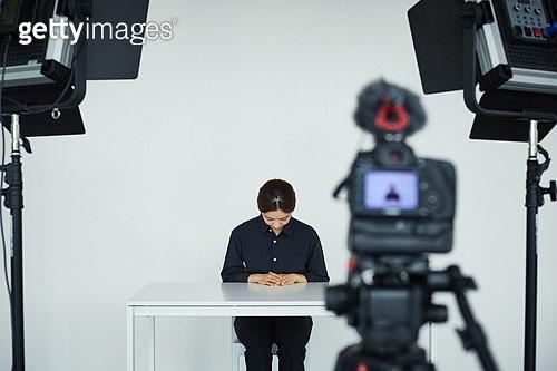 1인미디어, 1인미디어 (사회이슈), 유튜브, SNS (기술), 인플루언서 (컨셉), 뒷광고, 허위광고, 후회 (어두운표정), 죄책감 (컨셉)