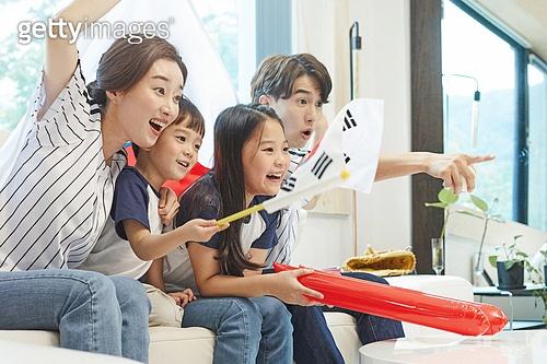 자식두명과가족 (자식), 실내, 거실, 야구, 관객 (역할), 스마트폰, 환호 (말하기), 가족