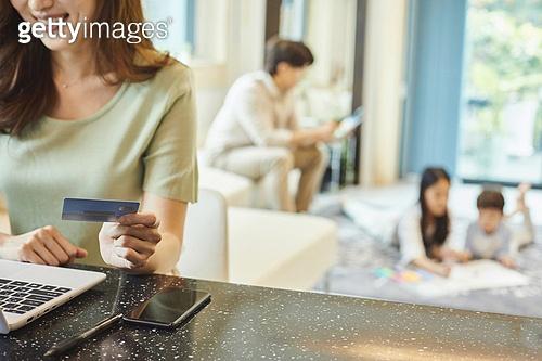 여성, 엄마, 가족, 거실, 온라인쇼핑 (전자상거래), 비대면배송 (비대면), 신용카드결제 (신용카드), 미소, 만족