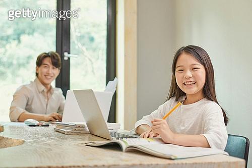 남성, 재택근무 (원격근무), 근로시간 (주제), 노트북사용, 홈오피스, 홈스쿨링 (교육), 미소