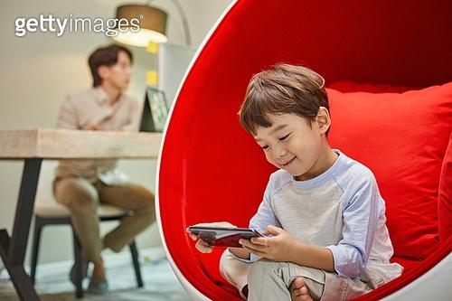 남성, 재택근무 (원격근무), 근로시간 (주제), 노트북사용, 홈오피스, 미소