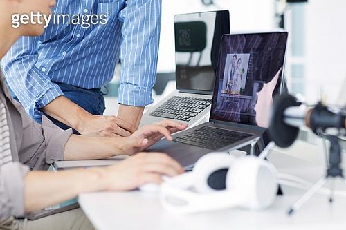 MCN, MCN (주제), 1인미디어 (사회이슈), 유튜브, 스타트업, 스타트업 (소기업), 일 (물리적활동), 분석, 노트북컴퓨터 (개인용컴퓨터)