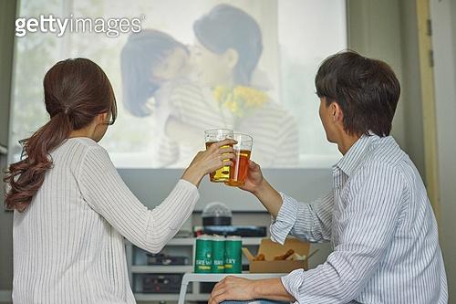 빔프로젝터 (영사장비), 영화, 집콕 (컨셉), 부부, 커플, 맥주, 마시기 (입사용)