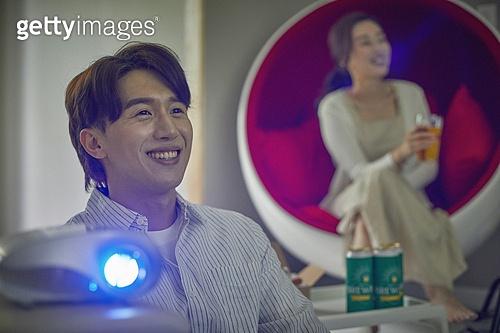 빔프로젝터 (영사장비), 영화, 집콕 (컨셉), 부부, 커플, 미소, 밝은표정