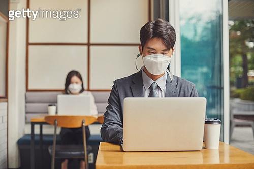 코로나바이러스 (바이러스), 코로나19 (코로나바이러스), 사회적거리두기 (사회이슈), 코로나바이러스, 포스트코로나 (신조어), 질병예방, 마스크 (방호용품), 감기예방마스크 (마스크), 카페, 노트북컴퓨터 (개인용컴퓨터)