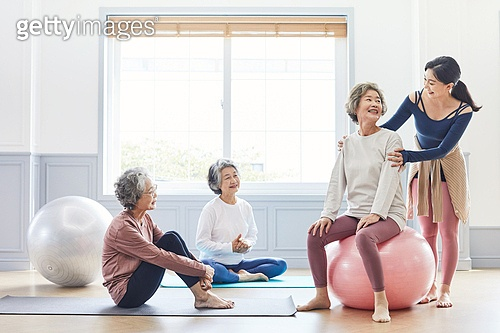 한국인, 노인 (성인), 실버라이프 (주제), 요가, 노인여자 (성인여자), 운동, 실버라이프, 요가지도자, 가르침 (움직이는활동), 미소, 밝은표정